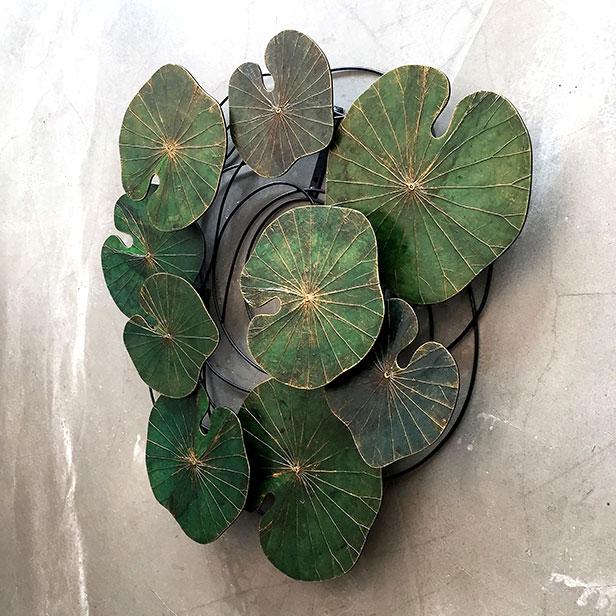 Installation mit Lotusblättern